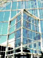 edificio con vidrios